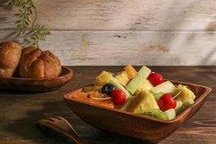 木製の食器に盛ったフルーツサラダの写真素材 [FYI04897784]