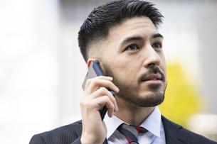 スマートフォンを使うビジネスマンの写真素材 [FYI04897818]