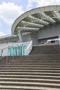 階段と大型ポーチを見る名古屋港水族館エントランスの写真素材 [FYI04897837]