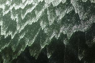 波形モンタージュ、流れ落ちる水流、水泡、水滴、模様が奇妙で面白いの写真素材 [FYI04897879]