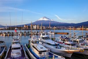 田子の浦から富士山(静岡県富士市)の写真素材 [FYI04898038]