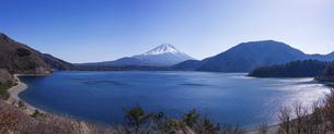 本栖湖から富士山の写真素材 [FYI04898041]