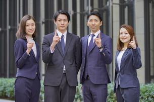 ビジネスシーン・4人チームの写真素材 [FYI04898055]