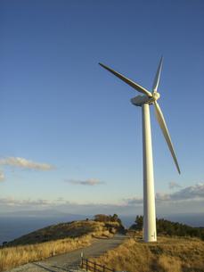 海を望む丘の上に建つ風力発電機の写真素材 [FYI04898071]