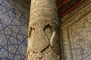 ヒヴァの世界遺産ジュマ・モスクの彫刻柱の写真素材 [FYI04898074]