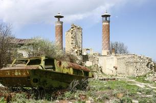 シューシャ(シューシ)の破壊された軍用車両とアゼルバイジャン人地区の写真素材 [FYI04898076]
