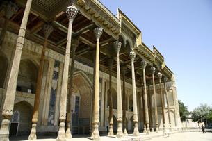 木の柱で支えられたボロハウズモスクのファサードの写真素材 [FYI04898078]