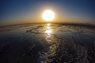 地平線に沈む夕日が反射するカルム塩湖の写真素材 [FYI04898088]