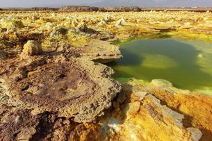極彩色の大地が広がるダナキル砂漠ダロールの写真素材 [FYI04898091]