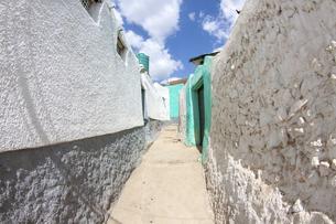 迷路のように入り組んだ細い路地の世界遺産ハラール旧市街ジュゴルの写真素材 [FYI04898094]