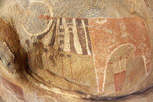 牛の乳を搾る人間を描いたラースゲールの古代壁画の写真素材 [FYI04898098]