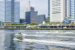 都心の東京湾を疾走するジェットスキー(竹芝桟橋)の写真素材 [FYI04898451]