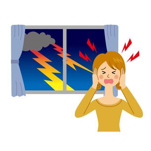 雷を怖がる女性のイラスト素材 [FYI04898523]
