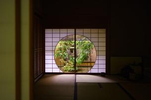 一条恵感山荘の円窓の写真素材 [FYI04899027]