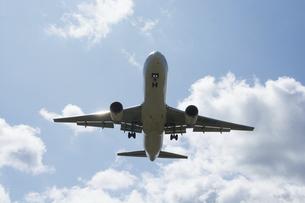 着陸準備のジェット旅客機の写真素材 [FYI04899345]