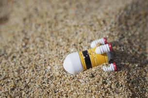 砂に埋まったロケットの写真素材 [FYI04899383]