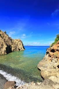 小笠原国立公園 母島の万年青浜に寄せる波の写真素材 [FYI04899659]