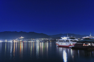 宮島の夜景(島側から)の写真素材 [FYI04899948]