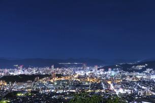 黄金山から広島市街の夜景の写真素材 [FYI04900005]