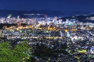 黄金山から広島市街の夜景の写真素材 [FYI04900008]
