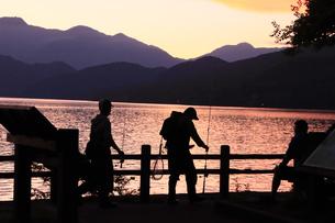 中禅寺湖 夕暮れの中禅寺湖畔 釣り人の写真素材 [FYI04900013]