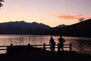 中禅寺湖 夕暮れの中禅寺湖畔 釣り人の写真素材 [FYI04900014]