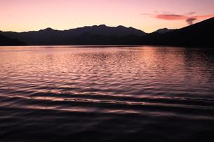 中禅寺湖 夕暮れの中禅寺湖畔の写真素材 [FYI04900016]