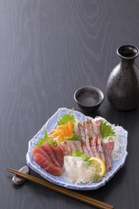 刺身の盛合せと日本酒の写真素材 [FYI04900082]