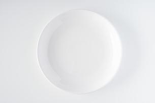 白いお皿の写真素材 [FYI04900115]
