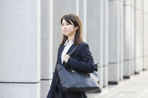 リクルートスーツ姿の女性の写真素材 [FYI04900126]