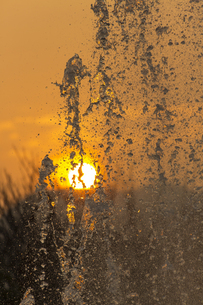 平和の泉の噴水と夕日の写真素材 [FYI04900583]