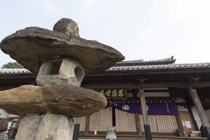 清水寺(長崎市)の本堂と石灯籠の写真素材 [FYI04900611]