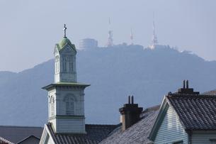 旧出島神学校と稲佐山の写真素材 [FYI04900616]