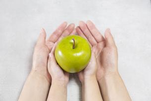 青りんごを持つ親子の写真素材 [FYI04900987]