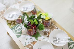 ホームパーティ向けのテーブルセッティングの写真素材 [FYI04900992]