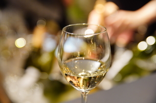 パーティー会場のワイングラスの写真素材 [FYI04901027]