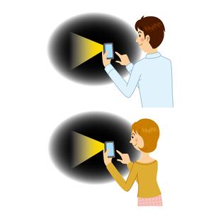懐中電灯アプリを使う男女のイラスト素材 [FYI04901104]