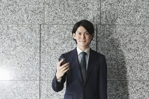 スマートフォンを持つ若い男性・IoTとビジネスのイメージの写真素材 [FYI04901203]