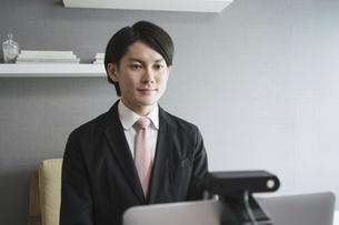若い男性のオンライン就活・ビジネスイメージ(就職・転職)の写真素材 [FYI04901219]