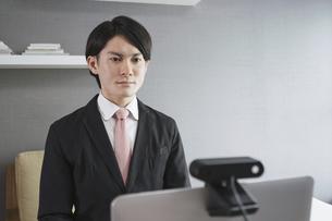 若い男性のオンライン就活・ビジネスイメージ(就職・転職)の写真素材 [FYI04901224]