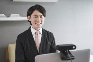 若い男性のオンライン就活・ビジネスイメージ(就職・転職)の写真素材 [FYI04901225]