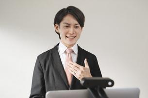 若い男性のオンライン就活・ビジネスイメージ(就職・転職)の写真素材 [FYI04901228]