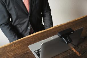若い男性のオンライン就活・ビジネスイメージ(就職・転職)の写真素材 [FYI04901229]