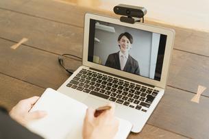 若い男性のオンライン就活・ビジネスイメージ(就職・転職)の写真素材 [FYI04901232]