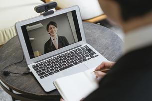 若い男性のオンライン就活・ビジネスイメージ(就職・転職)の写真素材 [FYI04901241]