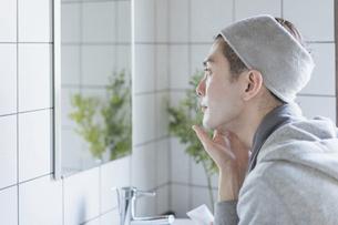 若い男性のフェイシャルケアのイメージ・家でのフェイスケアの写真素材 [FYI04901278]