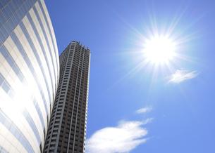 太陽と輝く高層ビルの写真素材 [FYI04901303]