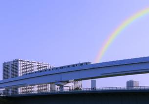 豊洲ぐるり公園から見る新交通ゆりかもめと虹の写真素材 [FYI04901310]