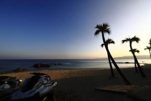 奄美大島用安海岸のジェットスキーのあるビーチの風景の写真素材 [FYI04901446]
