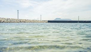 【夏】防波堤から見る青い海と晴れた空の風景 香川県 男木島の写真素材 [FYI04901779]